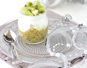 Bicchierini di yogurt greco e kiwi