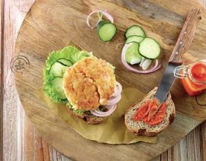 Burger di crostacei con lattuga, cetrioli, cipolla di Tropea e dressing al pomodoro