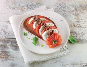 Caprese con pane integrale, olive taggiasche e olio al basilico
