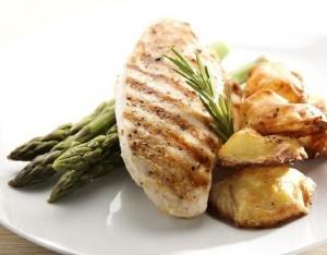 Insalata di pollo con patate, asparagi e noci