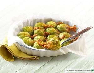 Fiori di zucca ripieni di quinoa e verdure croccanti