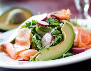 Insalatona con salmone e avocado