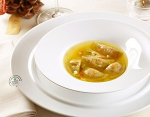 Mezzelune con ricotta di capra in brodo di manzo e verdure allo zafferano