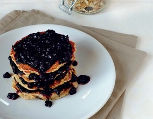 Pancakes al muesli di farro con uvetta e composta di mirtilli