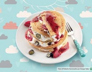 Pancake integrali con frutti di bosco e yogurt greco alle nocciole