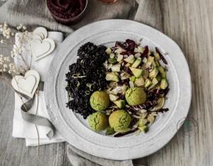 Riso Venere al limone e rosmarino, falafel di fave con insalata di finocchi, avocado e pera