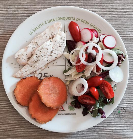 Piatto unico con insalata di pomodorini cipolle e ravanelli e petto di pollo e batata