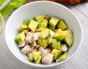 Condimento sano: petto di pollo, mela e avocado