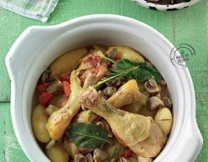 Cosce di pollo con patate, funghi champignon e verdure