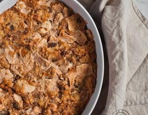 Pudding di panettone, mele, noci e cannella