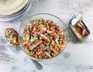Insalata di quinoa con caponatina di verdure estive e sgombro