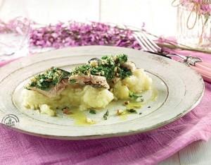 Sgombro al forno con rucola e mandorle su passatina di patate novelle