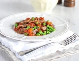 Straccetti di carne con piselli e pomodoro