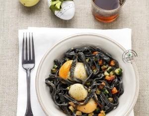 Tagliolini al nero di seppia con caponatina di verdure e capesante