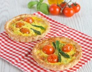 Tartellette con asparagi e pomodorini
