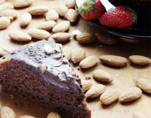 Torta di mandorle,  cacao e cannella  con fragole fresche
