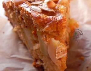 Torta per il brunch con mele, pinoli e fiocchi d'avena