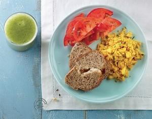 Uova strapazzate, pane integrale e pomodori con centrifugato di cetriolo