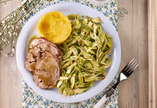 Tortino di mais, porchetta d'agnello agli aromi e carciofi in insalata