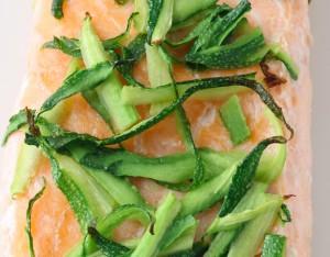 Salmone con zucchine e olio alla menta
