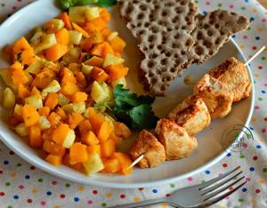 Spiedino di tacchino alla paprika con verdure e crackers integrali di segale