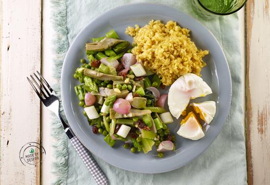 Riso integrale con curry e cardamomo, uova al vapore e caponata di primavera
