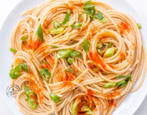 Ricetta spaghetti integrali con cipollotto e paprika