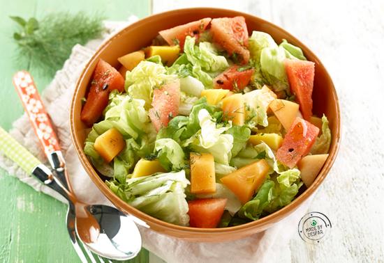 Lattuga con mango, anguria, melone e olio alle erbe
