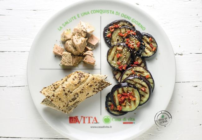 Piatto unico: melanzane grigliate, tonno profumato all'origano, pane integrale ai semi