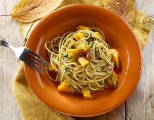 Spaghetti al pesto di cicoria e mandorle con dadolata di zucca