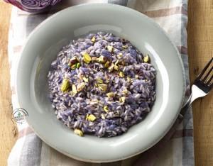 Riso integrale con cavolo viola e pistacchi