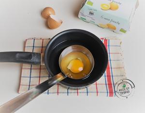 Prepara l'uovo in camicia