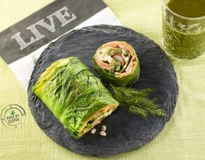 Panino unico: roll di lattuga con verdure, riso e salmone