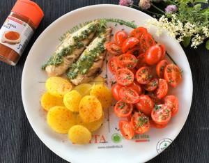 Piatto unico aromatico con pomodorini, sgombro e patate