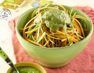 Spaghetti di zucchine e carote con pesto di noci, sedano e basilico