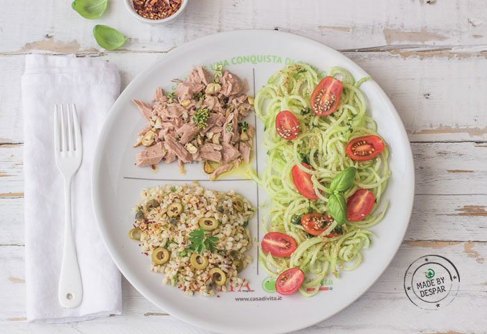 Piatto unico: spaghetti di cetrioli e pomodorini, tonno alle nocciole, riso integrale