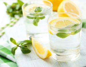 Acqua aromatizzata alla menta, limone e zenzero