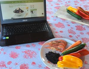 Ingredienti per insalata di riso Venere con gamberi e verdure