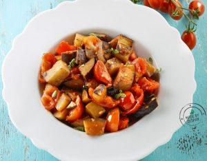 Melanzane al funghetto piccanti con pomodorini e basilico