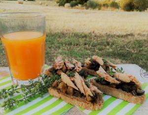 Piatto unico: bruschette integrali con tonno e melanzane con estratto di carote e zenzero
