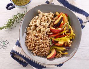 Insalata unica di verdure al vapore e pesche con pollo, farro decorticato e dressing al rosmarino