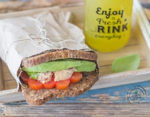 Sandwich con tonno, pomodoro e avocado