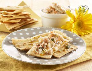 Crackers integrali con crema di fagioli alla paprica e semi