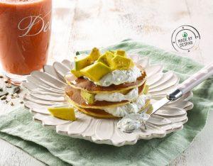 La colazione salata: pancake integrali con avocado e salsa allo yogurt