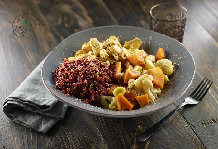 Piatto unico con verdure, pollo al cartoccio e riso rosso