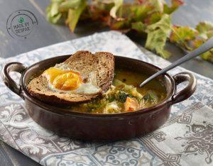 Zuppa di verdure ripassata al forno con uovo e crostone di pane