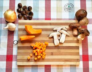 Ingredienti della zuppa con zucca e porcini