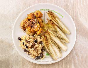 Piatto unico con indivia al forno, pollo al curry e mandorle, riso alle olive