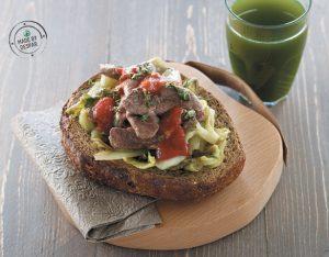 Panino unico con indivia brasata e manzo alle erbe con salsa piccante
