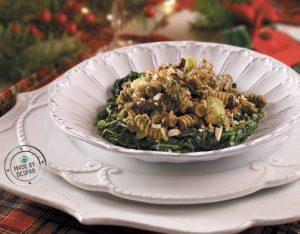 Pasta di legumi con pesto di spinaci, mandorle e pomodori secchi